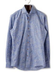 メンズ 24 Hour Sale R2 WESTBROOK フラワー柄 バックダーツホリゾンタルカラー 長袖シャツの商品詳細。美しいブルーを基調とした、アーティスティックなフラワー柄が浮かぶシャツ。開放感を与えるホリゾンタルカラーで爽やかなイメージに。シャツはワードローブのマストハブアイテムだからこそ、人と差をつけるような一枚を手に入れたいもの。「R2 WESTBROOK」は、まさにそんな願いを叶えてくれるブランドです。厳選された素材を用い、緻密なパターンメイキングで仕立てられたシャツは、洗練されたスマートなシルエットを構築。本物志向の紳士におすすめです。