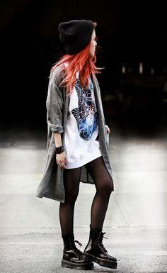 Maxo casaco, t-shirt oversized estampada, meia calça, coturno doctor martens (Fashion Edgy Le Happy)