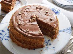Chokolademousse-lagkage pyntet med nødder