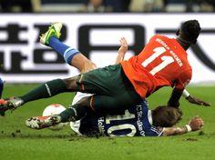 Der Bremer Eljero Elia (v) fällt im Zweikampf auf den Schalker Lewis Holtby - beide finden sich schlussendlich auf dem Rasen wieder und der Ball ist weg. (Foto: Daniel Naupold/dpa)