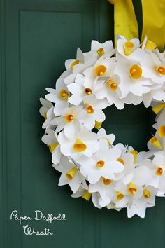 Make a paper daffodil wreath for mom or for yourself! Simple instructions to have the kids join in the fun | from ParsCaeli.com