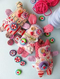 manifattive: Softies: poetic and funny .These little softies are strangely magical. Sewing Toys, Sewing Crafts, Sewing Projects, Craft Projects, Craft Ideas, Fabric Toys, Fabric Scraps, Paper Toys, Softies