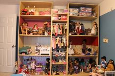 American girl doll house out of bookshelves (My Dad is so lucky I didn't see this when I was a kid! I was happy with a Molly doll but if I had thought of having a house for her, I would have drove him nuts until he made me one in the basement. American Girl Storage, American Girl House, American Girl Parties, American Girl Crafts, American Girls, Girls Dollhouse, Dollhouse Dolls, Dollhouse Ideas, Doll Crafts