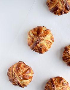 Vaniljeprikket dej med sød remonce. Så bliver det ikke bedre. Vaniljesnurreren er den perfekte søde bolle til en dejlig brunch eller en hyggelig eftermiddag. Snurrerne er nemme at bage, og så får d…