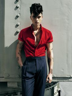 X_tyle // Blue pants & red shirt. Curly haircut & tattoed arms.