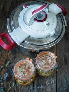 Durant l'été et au début de l'automne, j'aime préparer quelques conserves maison histoire de pouvoir profiter encore plus longtemps des légumes de saison. Vous vous demandez peut-être pourquoi s'embêter autant en préparant des bocaux stérilisés alors que l'on trouve des tomates, des poivrons, des courgettes et des aubergines, ces fruits et légumes d'été toute l'année sur les étals et qu'on peut les consommer frais n'importe quand ? Et bien parce qu'il est peut être temps de respecter la…