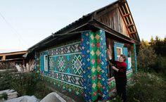 Фасад дома, украшенный мозаикой из бутылочных крышек.