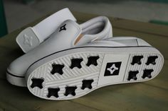 White golf shoes and golf belt by Kikkor. #golf #apparel