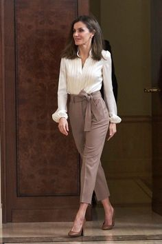 Queen Letizia of Spain Photos - Queen Letizia of Spain attends several audiences at the Zarzuela Palace on January 2018 in Madrid, Spain. - Queen Letizia of Spain Attend Audiences at Zarzuela Palace Casual Work Outfits, Work Casual, Classy Outfits, Chic Outfits, Smart Casual, Formal Outfits, Casual Office, Summer Outfits, Office Outfit Summer