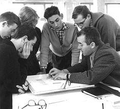 La Hochschule für Gestaltung (Escuela Superior de Diseño de Ulm) está considerada como la entidad más importante de las creadas con posterioridad a la segunda guerra mundial. La semejanza entre la huella profunda que dejó la Bauhaus en el diseño en los años veinte y la influencia poderosa que ha tenido esta Escuela a nivel teórico, práctico y docente, hace legítima una comparación directa. (En la foto: Olt Aicher dando clases)