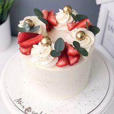Elegant Birthday Cakes, Pretty Birthday Cakes, Pretty Cakes, Cake Decorating Designs, Cake Designs, Mini Cakes, Cupcake Cakes, Fruit Cake Design, Fruit Birthday Cake