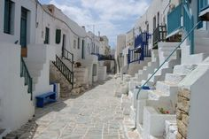 FOLEGANDROS (GRECIA) – La maggior parte dei turisti va a Mykonos, Santorini e Creta. In Grecia, però, ci sono tante altre isole un po' meno famose ma con borghi davvero deliziosi. Uno su tutti, quello di Folegandros, nelle Cicladi.