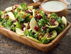 Esta ensalada de kale y arándanos es una una bomba de antioxidantes; es una excelente opción como snack a media mañana, pero también ideal como guarnición.