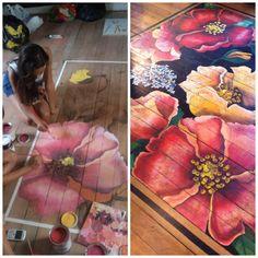 Alfombra pintada en piso de madera por Melissa shertzer. Artista Chilena. Flower rug Painting on wood floor. Artist: Melissa Shertzer. Chilean.