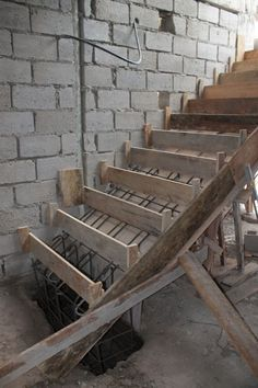 Division de gradas encofrado #Alexina2 #Cimentaciones #Estructura Stair Ladder, Steel Stairs, Stair Detail, Concrete Stairs, House Stairs, Brickwork, Staircase Design, Stairways, Architecture Details
