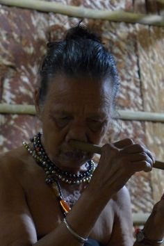Rungus lady played the flute with her nose is quite amazing. #rungus #lady #borneo #flute #music #borneo http://www.borneoecotours.com/tours/view.php?code=BB3B
