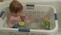 1. Bada barnet i en tvättkorg så flyter inte badleksakerna bort från barnet