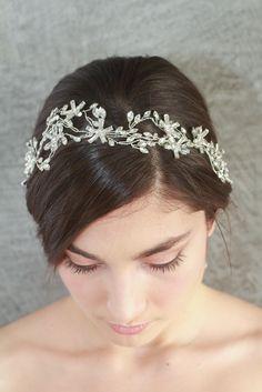 Tiara para novias Emma con hojas y flores de cristales entrelazados y cinta blanca