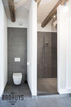 Ruime inloopdouche en toilet uit het zicht geplaatst | Het Badhuys Breda
