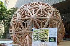 木を組み合わせた不思議な球体。 釘を使わない伝統的な木工技術「組子」(くみこ)で造った「茶席」である。 島根県江津(ごうつ)市にある島根職業能力開発短期大学校の住居環境科1年の島崎希世さん、佐々木智加さん、笠原蒼葉さんの3人が製作した。 「kumiko」と名付けたこの茶室は、10月27日(木)から東京都中央区