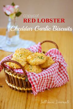 Red Lobster Biscuits Copycat - Jellibean Journals - I substituted a taco cheese mix and buttermilk, and added minced onion and crumbled bacon. Red Lobster Biscuits, Lobster Bake, My Favorite Food, Favorite Recipes, Yummy Treats, Yummy Food, Buttery Biscuits, Restaurant Recipes, Copycat Recipes