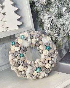 Adventi kopogtató / Christmas door hanger Christmas Advent Wreath, Christmas Door, Christmas Time, Christmas Crafts, Christmas Decorations, Xmas, Holiday, Handmade Decorations, Diy Wreath