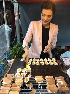 """ขนมเบื้อง จะเฟื่องฟูลอย Theerarat Samrejvanich . ขนมเบื้อง จะเฟื่องฟูลอย แป้งบางน้อย จะลอยไส้จม ผู้ดี ขี้ครอก กินขนม ไส้ครีมผสม รส หวาน เค็ม . samunchon August 30, 2016 . http://wp.me/p7qWI7-4o เพลงยาว[แปลง], ขนมเบื้อง, สูตรคุณยาย, Theerarat Samrejvanich . ช่วยครูดาทำขนมเบื้อง สูตรคุณยาย ขายอยู่หลังวัดลานบุญ """"อร่อยปิ้งไม่ทัน"""" มาชิมได้หลังเวลาโรงเรียนเลิกค่ะ Theerarat Samrejvanich ."""