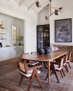 A Malibu, California family home designed by Amber Lewis of Amber Interiors. Küchen Design, House Design, Estilo Interior, Appartement Design, Amber Interiors, Dining Room Inspiration, Dining Room Design, Kitchen Dining, Home Furniture