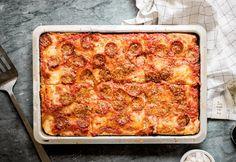 Furfangos praktika a tökéletes tepsis pizzáért Taco Pizza, Jamie Oliver, Mozzarella, Lasagna, Cheese, Ethnic Recipes, Food, Minden, Beverages