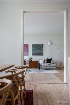 Living room styling. Photo by Veronika Moen. This scandinavian-style apartment is located in Oslo Norway. #nordicstyle #nordichome #nordicinspiration #nordicliving #scandinavinanhome #scandinavianstyle #interiorphotographer #interiorinspiration #interiorinspo #interiorstyle #interiorstyling #interiordecor Nordic Living, Nordic Home, Nordic Style, Scandinavian Style, Interior Photo, Interior Styling, Interior Decorating, Oslo, Interior Inspiration