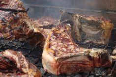 """La vera bistecca fiorentina si taglia nella lombata di vitellone di razza chianina: ha nel mezzo l'osso a forma di """"T"""", con il filetto da una parte e il controfiletto dall'altra,"""