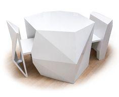 Des chaises sculptées qui disparaissent dans une table géométrique