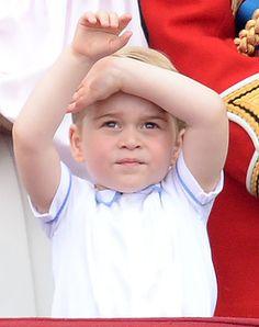 """Ce samedi 11 juin, la famille royale au grand complet a assisté aux 90 ans de la reine Elizabeth.  La prince George et sa petite soeur, la princesse Charlotte ont fait une apparition très remarquée sur le balcon du palais de Buckingham. Les deux enfants sages comme des images en ont même profité pour saluer le public !   <br /><a rel=""""nofollow""""…"""
