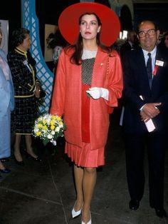 Nein, das ist nicht Charlotte, sondern ihre Mutter Caroline von Monaco 1987 bei der jährlichen Blumen-Show von Monaco.