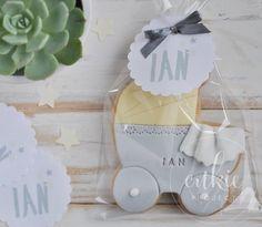 Galleta decorada de carrito de bebé para bautizo de niño!! Galletas originales y personalizadas para bebés decoradas en fontant y con un packaging bonito!!