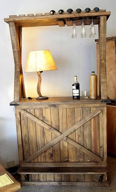 Let us start with the idea of reclaimed wood pallet bar plan for those who like to organize a special area in their home for the drinking purpose. You can see the glass area upside is looking great. Pallet Bar Plans, Wood Pallet Bar, Wooden Pallets, Pallet Tables, Diy Pallet Projects, Wood Projects, Pallet Ideas, Woodworking Plans, Woodworking Projects
