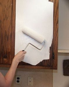 for Painting Kitchen Cabinets How to paint kitchen cabinets. This is the primer that will stick to anything. - interiors-How to paint kitchen cabinets. This is the primer that will stick to anything. Painting Kitchen Cabinets, Kitchen Paint, Kitchen Redo, New Kitchen, Kitchen Walls, Green Kitchen, Bathroom Cabinets, How To Refinish Kitchen Cabinets, Cabinet Refinishing