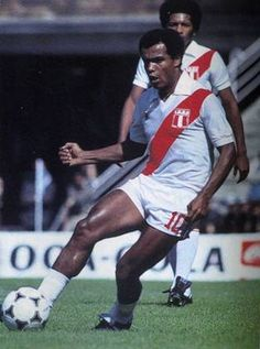Teofilo Cubillas, who played in three Fifa World Cup - 1978 - with… Peru Football, Peru Soccer, Football Icon, Best Football Players, Good Soccer Players, Football Is Life, Football Uniforms, Football Design, World Football