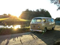What's this thing in the sky ? 😃☀️ (à Pays de la Loire, France) Volkswagen Type 2, Volkswagen Transporter, Combi Vw T2, Bay Window, Van Life, Bullying, Vintage Cars, Automobile, Road Trip