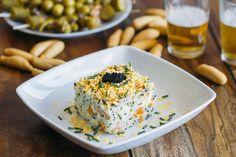 Receta de ensaladilla rusa con pescados ahumados. Una innovadora ensaladilla rusa a base de salmón y bacalao ahumados, alcaparras y huevas de lumpo