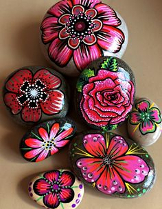 Easy Paint Rock For Try at Home (Stone Art & Rock Painting Stone Art Painting, Pebble Painting, Pebble Art, Diy Painting, Painting Flowers, Rock Painting Patterns, Rock Painting Ideas Easy, Rock Painting Designs, Stone Crafts