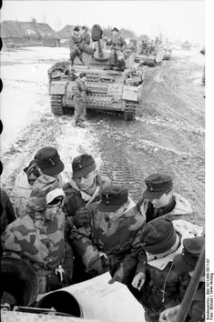 A column of Panzer IV tanks, with soldiers at briefing behind a lead tank, using it as cover. Panzer Iv, German Soldier, German Army, Luftwaffe, Ww2 Photos, Armored Fighting Vehicle, World Of Tanks, Ww2 Tanks, Military History