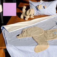Trösterdecke Karo mit Hund. Wir gestalten, passend zu unseren Kinderurnen, besondere Tröster wie kuschelige Decken, Kissen und Kuscheltiere