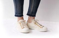 ゴールドアイレットがアクセントなキャンバススニーカー ナチュラルカラーがデイリー使いに大活躍間違いなしの一足です タンは一足づつ手押しでロゴをスタンプさりげないサイドタックなど細部までこだわったnutslly自慢のスニーカーです nutsllyナッツリー NAICHY NATURAL EWT-SS2 #nutslly#sneakers#shoes#love#cute#giri#fashion#ナッツリー#スニーカー#シューズ #ナチュラル
