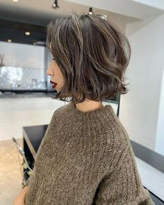 Asian Hair Highlights, Hair Color Asian, One Length Hair, Gray Hair Growing Out, Shot Hair Styles, Hair Arrange, Hair Setting, Short Wavy Hair, Looks Chic