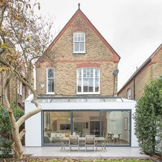 This London location house is a light and spacious Victorian family home in Putney with contemporary decor. Orangerie Extension, Extension Veranda, Glass Extension, Roof Extension, Extension Ideas, Putney London, Balkon Design, London House, House Extensions