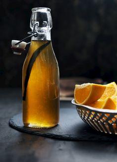 Hjemmelavet appelsinsirup: Få opskriften på den perfekte appelsinsirup, som både kan bruges på pandekager, over is og til bagning. Snack Hacks, Retro Recipes, Dressing, Smoothie Drinks, Limoncello, Chutney, Food Photo, Food Art, Good Food