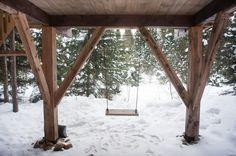 Dormir dans une cabane dans les arbres au Québec (Detour Local) -> Sous chaque cabane sur pilotis, on y retrouve une balancoire www.detourlocal.com/dormir-dans-cabane-dans-les-arbres-au-quebec/