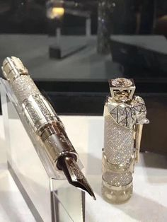 The collectors of Montblanc expensive pens, both its vintage models and its newer limited editions, will be crazy about its most recent limited edition luxury pen. Montblanc is releasing a one-of-a-kind diamond pen with singular features, paying tribute t Stylo Art, Expensive Pens, Fountain Pen Ink, Mont Blanc Fountain Pen, Antique Fountain Pens, Fancy Pens, Luxury Pens, Vintage Pens, Pen Collection