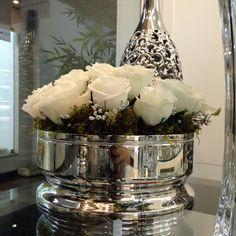 Olha a St James arrasando de novo!! Centro de mesa de prata com arranjo artificial de rosas brancas!!! Amei